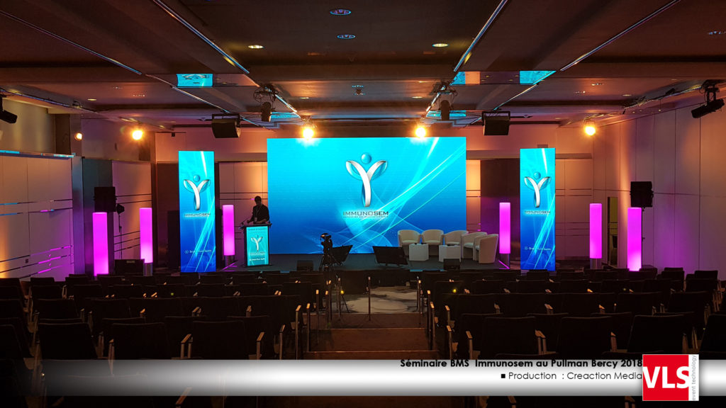 Mur led pitch 2.9 6m x 3m50 avec totem led en 2.9 1m x 3m50, pupitre led led, convention, seminaire medicale